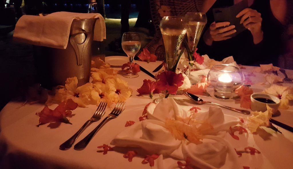 Blumen auf dem Tisch in der Südsee